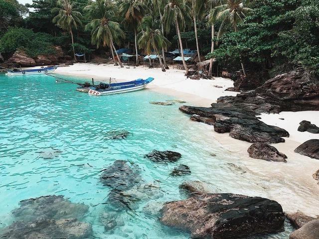 Bãi biển trắng mịn màng thu hút hàng triệu du khách