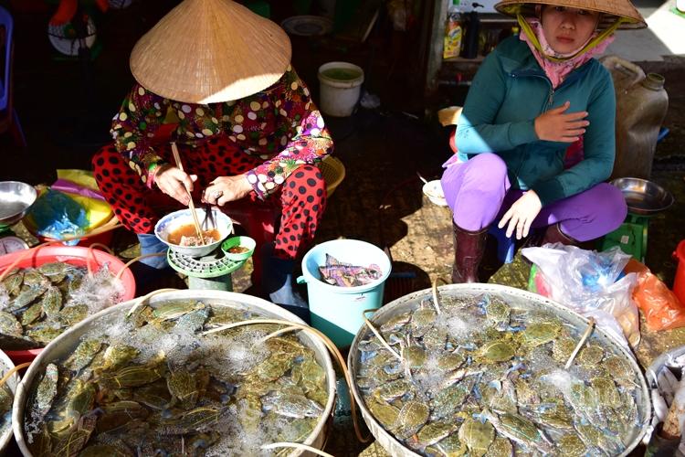 Ghẹ tươi là mặt hàng luôn có tại chợ Dương Đông Phú Quốc